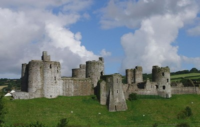800px-Kidwelly_castle_whole